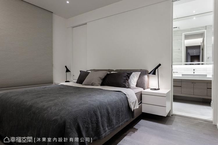▲主臥: 床頭板與懸空的櫃體合而為一,創造輕盈的視感,白牆後方則規劃為主臥衛浴。
