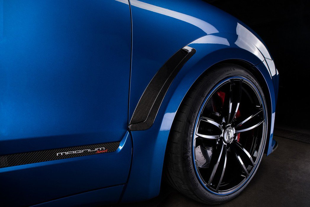 採用22吋Formula IV黑色鋁圈與車身多處碳纖維飾板,搭配運動型可調式懸吊...