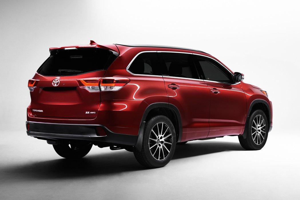全新Toyota Highlander除了車頭經過修飾,車尾也擁有新一代LED尾...