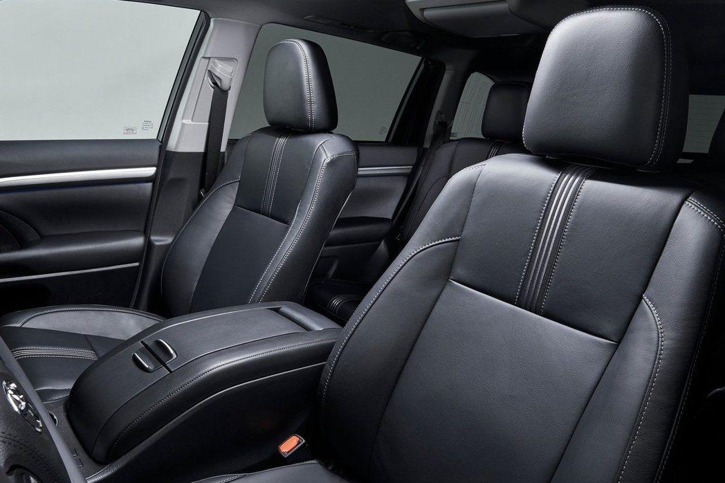 第二排座椅上方則追加一組吸頂式多媒體螢幕。 摘自Toyota.com