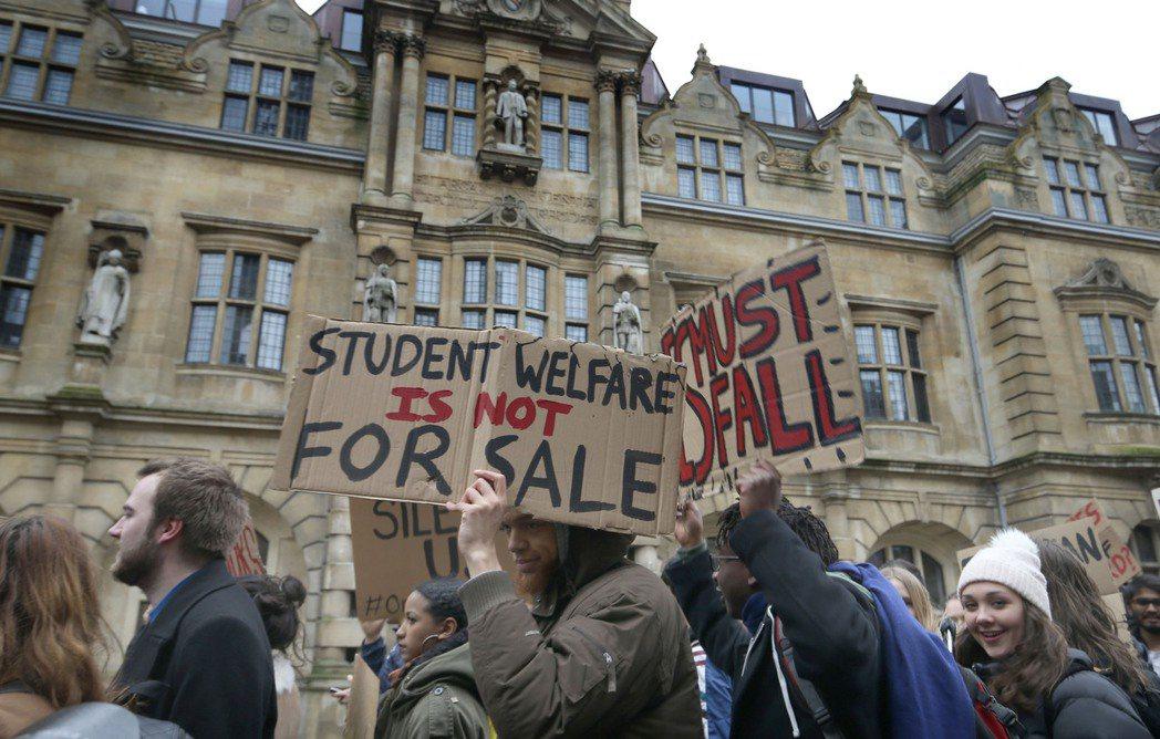 拆除派的觀點在學生之中獲得壓倒性的支持;然而,主張保留雕像的聲音,也存在在學生、...