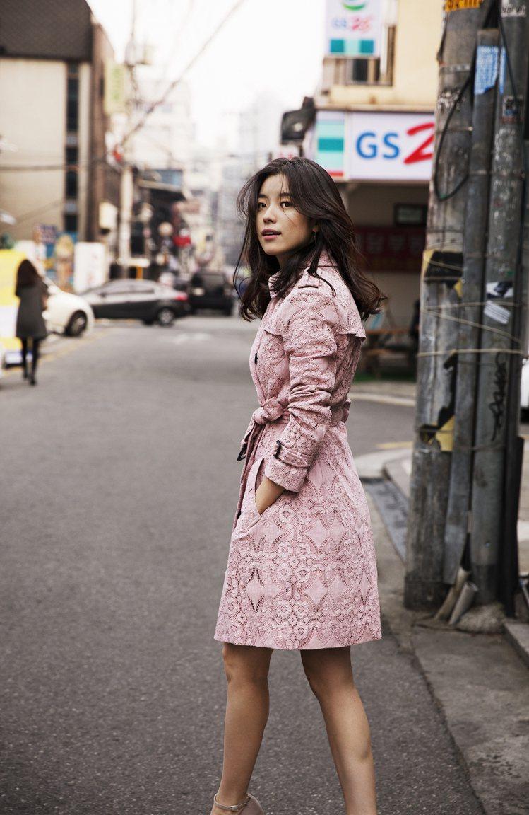 韓孝珠最愛蕾絲風衣,展現獨特女人味。圖/Burberry提供