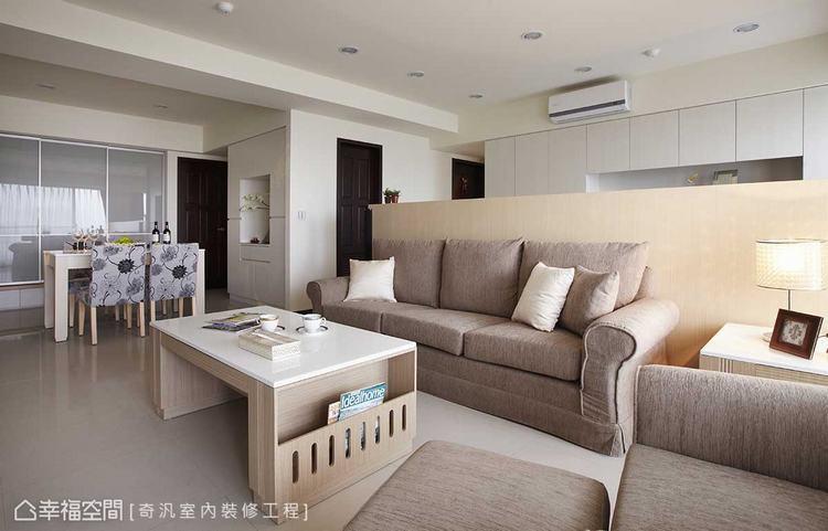 ▲整體空間: 綜覽全室空間,2米8的屋高下,設計師周玉娟僅以複層造型簡練修飾天花...