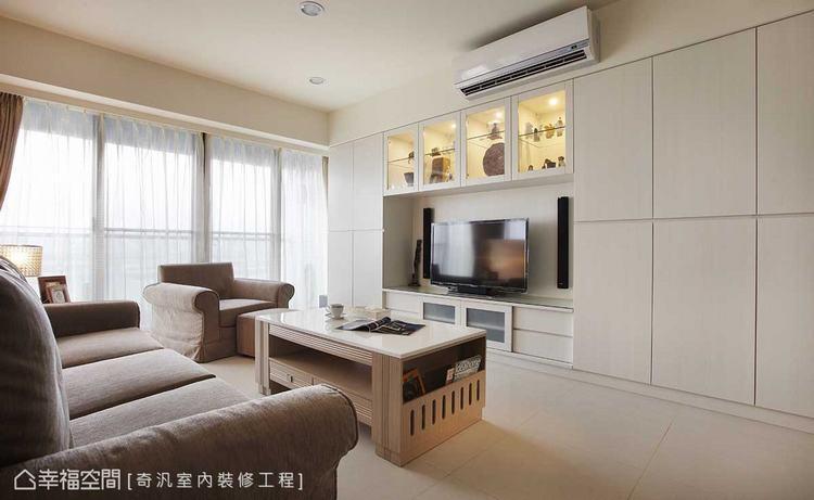 ▲電視主牆: 系統櫃拼組而成的電視主牆面,讓立體木紋成了最自然的觸感肌理,而足量...