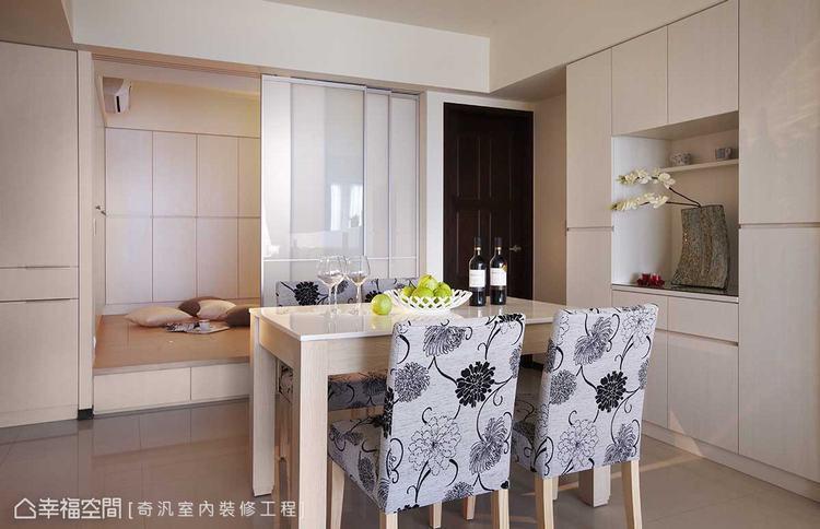 ▲和室與餐廳: 和室與餐廳之間,運用鋁框夾膜玻璃拉門為界,透光、微透景的優雅,勾...