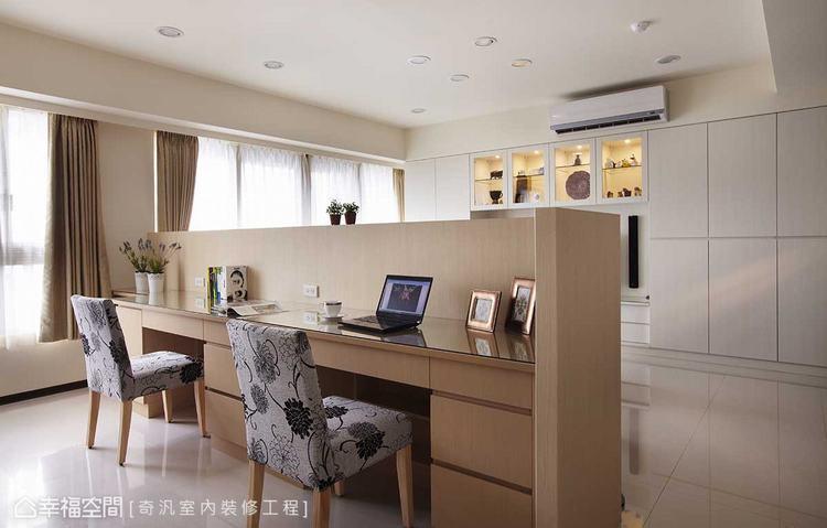 ▲隔間處理: 拆除牆線,改以半開放式手法呈現的書房空間,透視性的動線安排,讓光影...