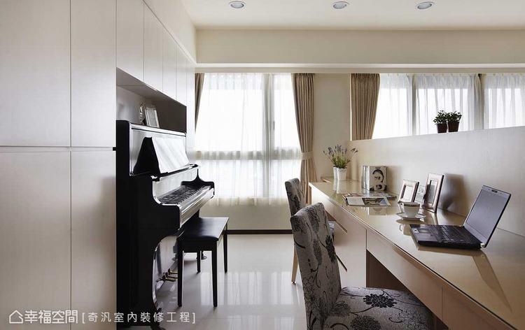 ▲專屬琴區: 格局配置時,考量置入鋼琴所需,除了納入部分客廳空間之外,系統櫃的留...
