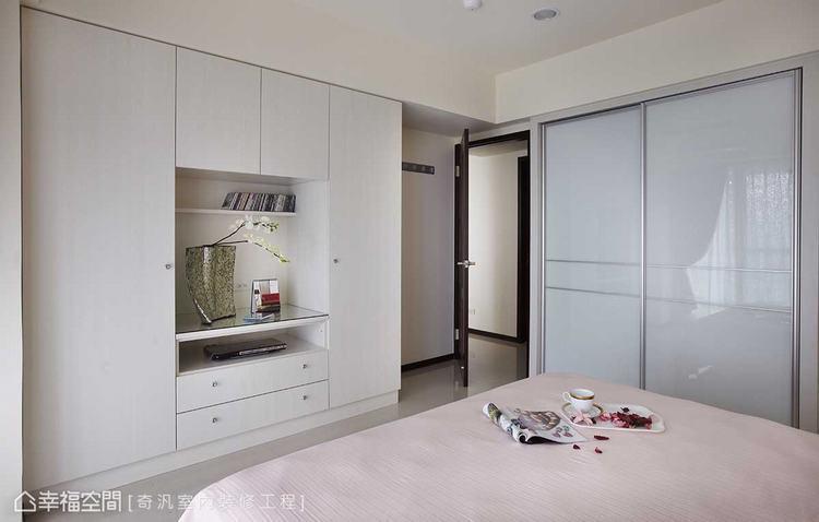 ▲主臥衛浴: 雙開式鋁框拉門設計,除了遮掩收納凌亂感之外,還隱藏著衛浴的出入動線...