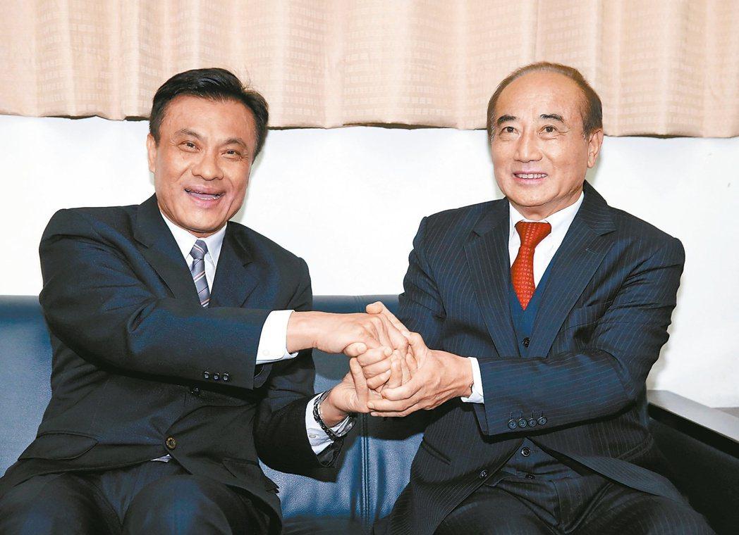 新上任的立法院長蘇嘉全(左)與立法院前院長王金平(右) 報系資料圖