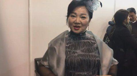 噓編在香港後台碰到白冰冰,為各位介紹她的美人魚裝,粉美呦!冰冰姐說自己以前是比基尼美人魚,現在穿起來像黑鮪魚。