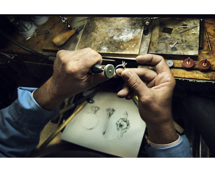 Tiffany工匠們透過自豪的雙手、卓越的手藝打造傳奇訂婚戒the Tiffan...