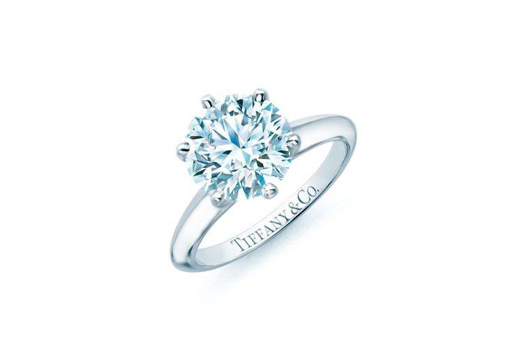 the Tiffany Setting六爪鑲嵌鑽戒1886年誕生,高高托起的鑽石...