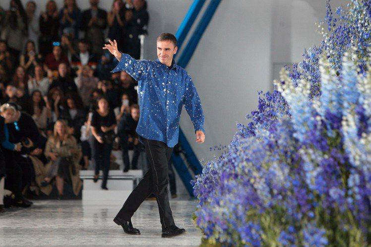 Raf Simons在離開Dior前夕抱怨工作壓力大,幾乎沒時間靜心思考。圖/美...