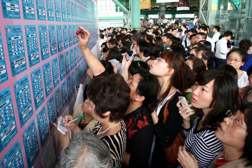 上海世博公園的尋緣牆,有各式尋緣分類,不只吸引單身者,更多時候是滿頭白髮的父母前...
