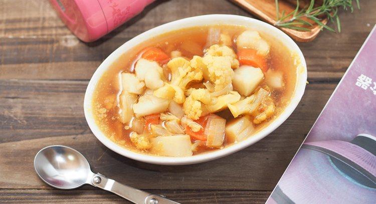 不需要開火燉煮,利用燜燒罐馬鈴薯也能鬆軟美味。