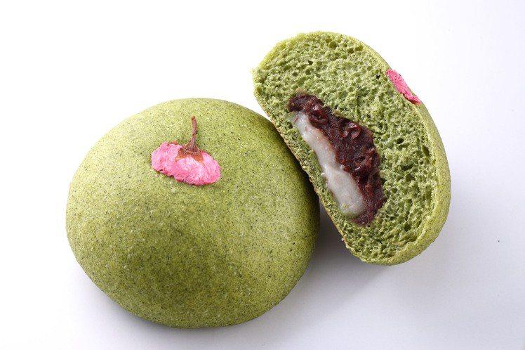 艾草菓子嚴選艾草粉混入麵糰中,內餡是岩島成十勝紅豆和米麻糬。圖/岩島成提供