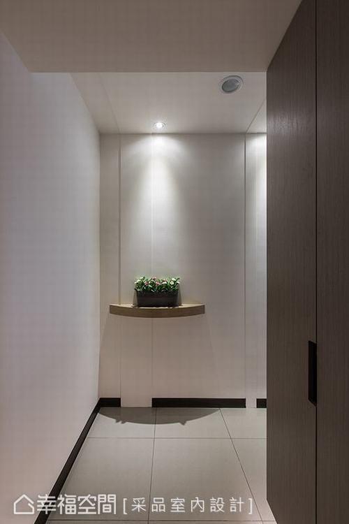 ▲玄關: 置頂的鞋櫃設計滿足收納需求,簡約素雅的櫃面帶來純淨感受,展示架上簡單點...