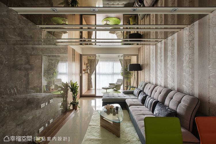 ▲客廳天花: 客廳上方的天花利用溝縫線條與鏡面材質做拼接,讓空間感向上延伸,創造...