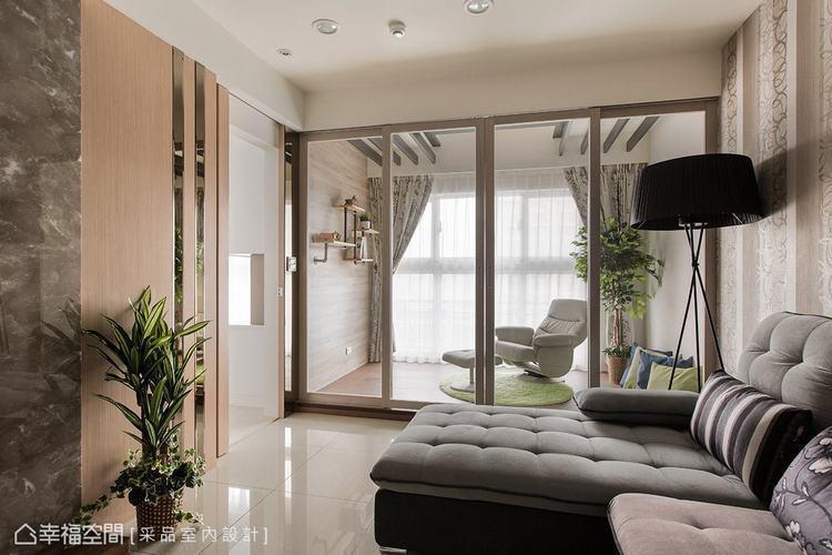 ▲隔間拉門: 位於客廳旁的多功能室,以玻璃拉門界定機能領域,讓視覺保有穿透感。