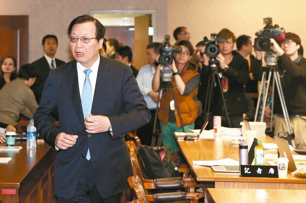立法院內政委員會上午邀請內政部長陳威仁(左)針對土壤液化問題進行專案報告,各界關...