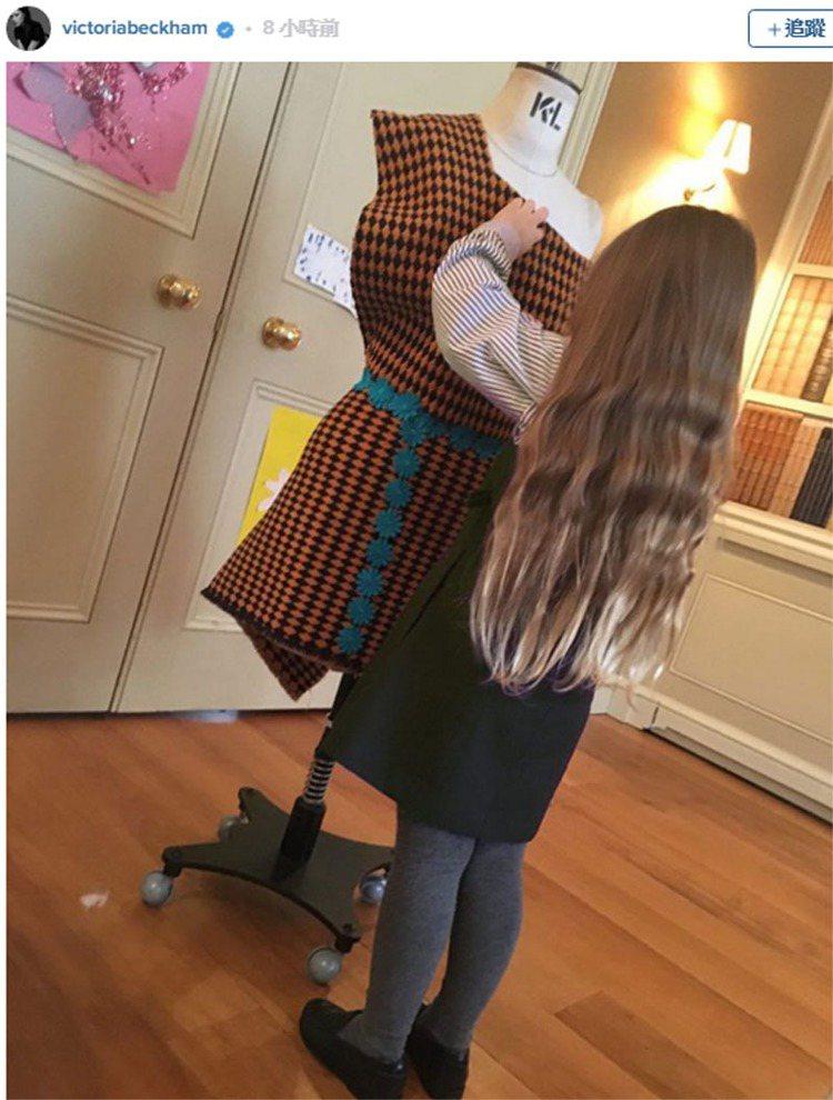 貝嫂近日更在她的 instagram 上貼出哈潑玩設計的背影,只見留著一頭長髮,...