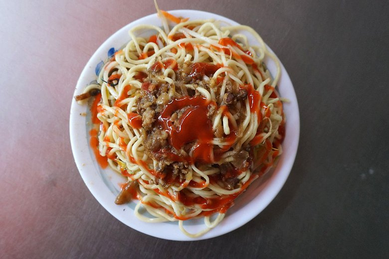 炒麵加辣椒醬。 圖/聯合報系資料照片