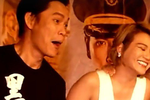 噓編直擊!!電影「黑白」男主角竇智孔好害羞?戲裡超Man的他,16日晚間首映會竟被兩位美女張靜之、李妍憬與黃鐙輝黃鐙輝合力來個「公主抱」。