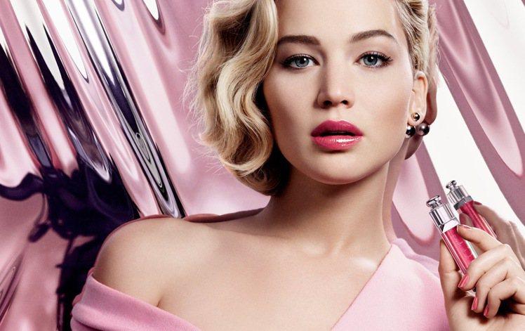 迪奧彩妝代言人珍妮佛羅倫斯再度詮釋全新癮誘鏡光俏唇彩,優雅又帶有時尚性格。圖/迪...