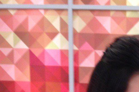 嚴立婷和曾國城一起搭檔主持「一袋女王」,今天進棚聊到她上周不慎小產,休息不到一個禮拜就工作,搭檔曾國城跟製作單位特地準備雞湯給她補身體,她說這是她1年內第3度小產,原因是生老大的時候做月子沒做好,子...