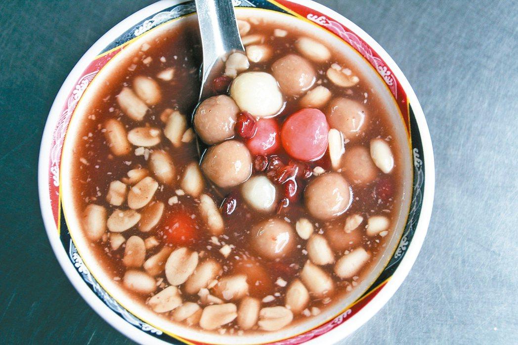綜合口味甜湯圓,有芋圓、湯圓、花生、紅豆,但熱量不少。 記者盧禮賓/攝影