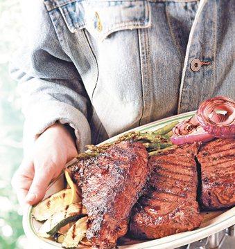 吃太多紅肉,加上飲食多油重鹹飲食,易導致大腸瘜肉。 報系資料照片