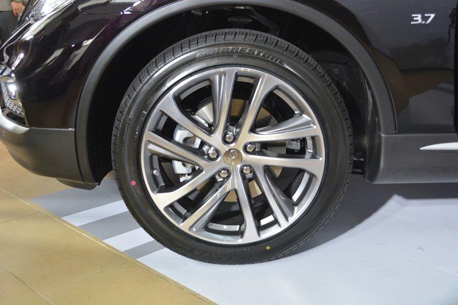 車側配上19吋鋁圈。