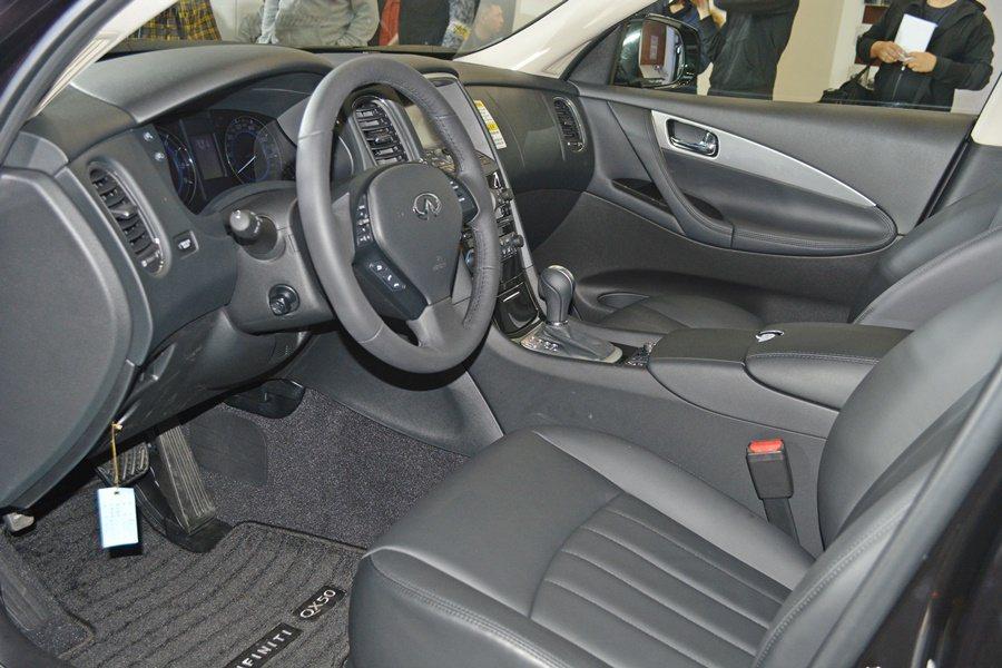 QX50軸距擴增為2880mm,讓前後座都有寬敞的乘坐空間,內裝也改走精品風,配...