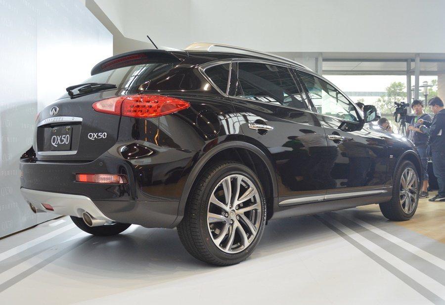 QX50走的是跨界路線,有稍稍提高的車身和底盤高度,具備休旅車的風味,但又沒有一...