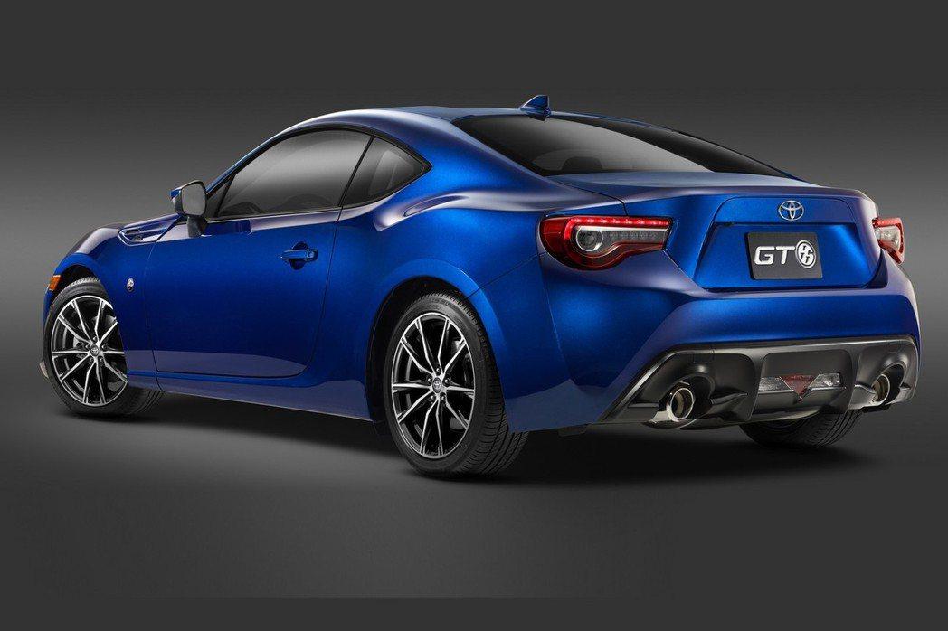 全新年式Toyota 86除了外觀與內裝經過修飾外,原廠也在懸吊、動力系統等進行...