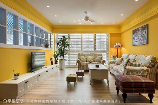 ▲電視櫃: 壓低檯度的電視櫃,可讓屋主從書房照看家人在客廳的活動。