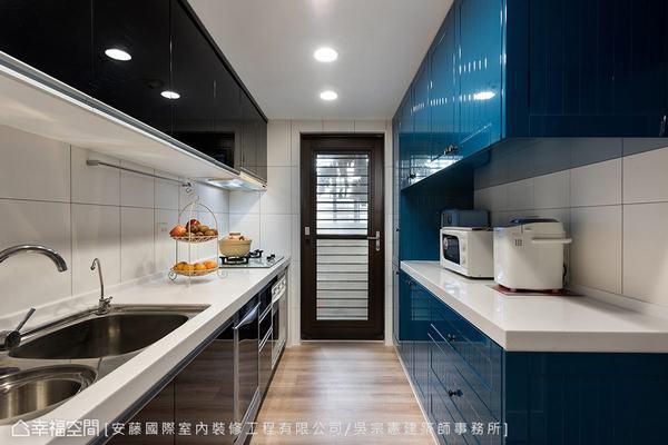 ▲廚房: 呼應原有的黑色廚具,另新增深藍色櫃體,滿足收納機能,也使整體風格更加統...