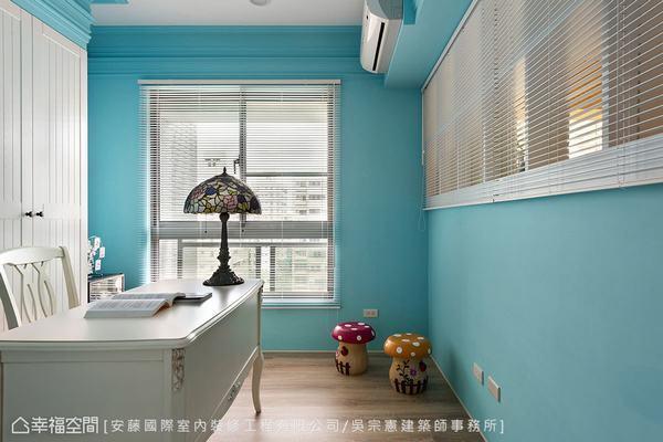 ▲書房: 在水藍優雅的書房中安排系統櫃結合訂製門片,並嚴選把手設計,從細節講究空...