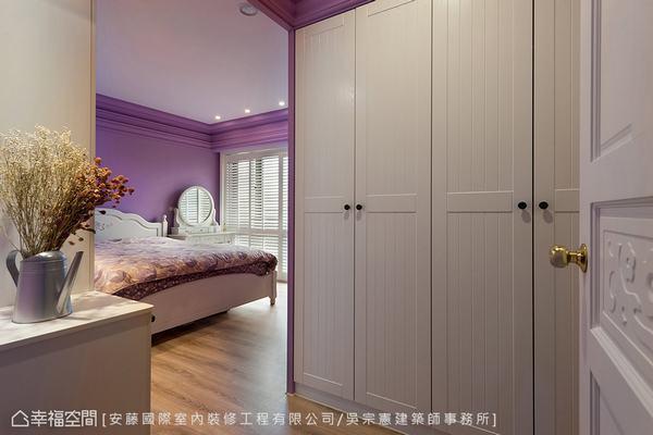 ▲小玄關: 入口處櫃體為男主人的專屬衣櫃,並利用矮櫃平台的設計作出小玄關意象。