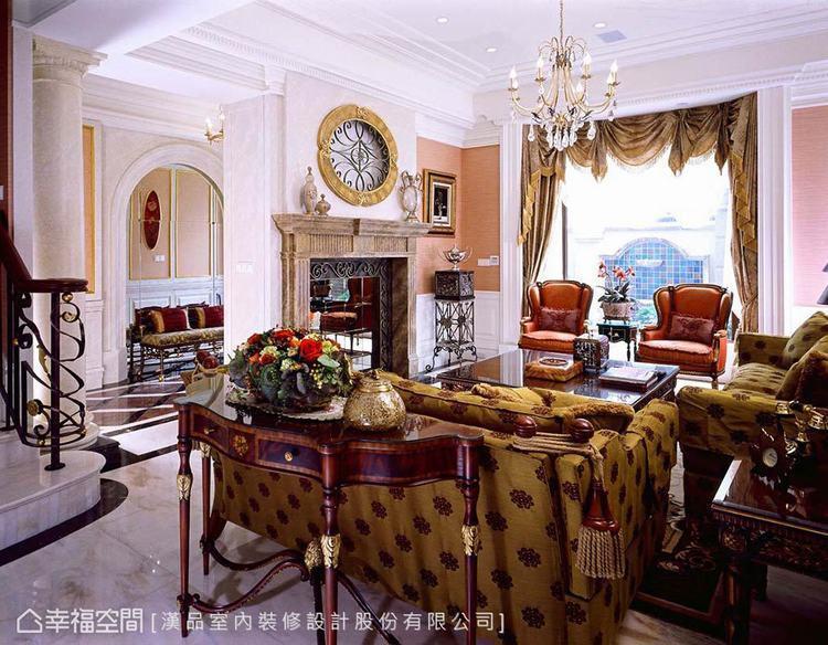▲客廳:透過壁爐造型佐以鍛鐵和鏡面材質裝飾電視牆,並運用半腰壁板結合粉色壁布,呈...