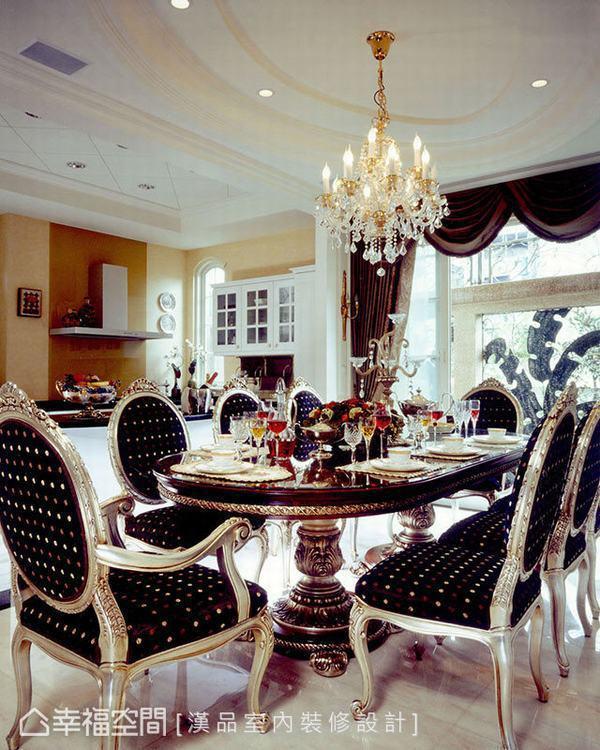 ▲餐廚區:餐廳天花運用橢圓造型,與餐桌形狀相呼應,廚房則以菱格紋自成時尚經典,帶...