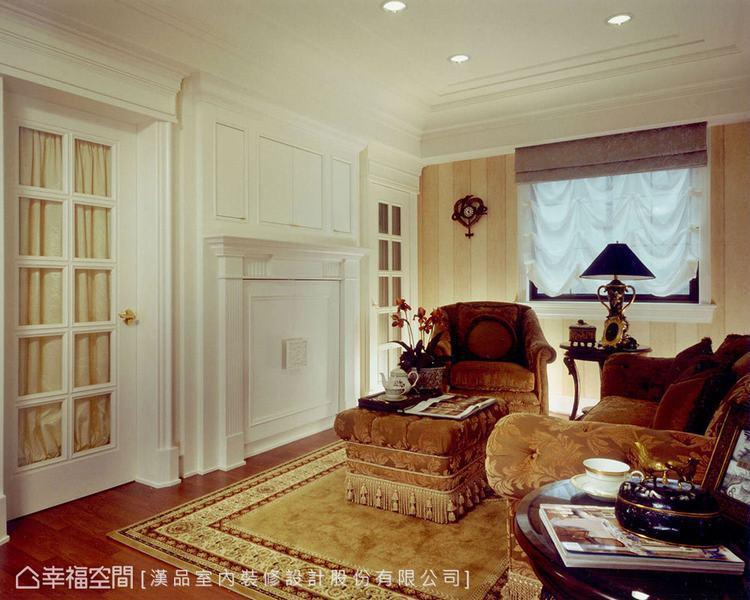 ▲起居室:經典的格狀玻璃門窗,讓空間多份輕透感,鋪貼淡色的條紋壁紙,為空間注入清...