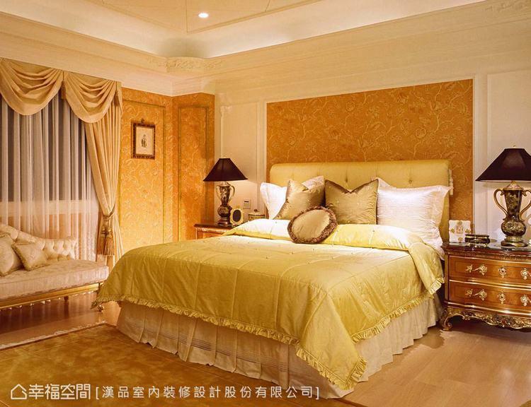 ▲主臥:漢品室內裝修設計以壁布和畫框營造氛圍,搭配溫潤的木底板,平衡奢華的空間調...
