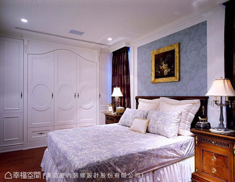 ▲小孩房:床頭板選用淡藍色壁紙,衣櫃門片也融入圓潤的線條,柔化空間強調睡眠機能。