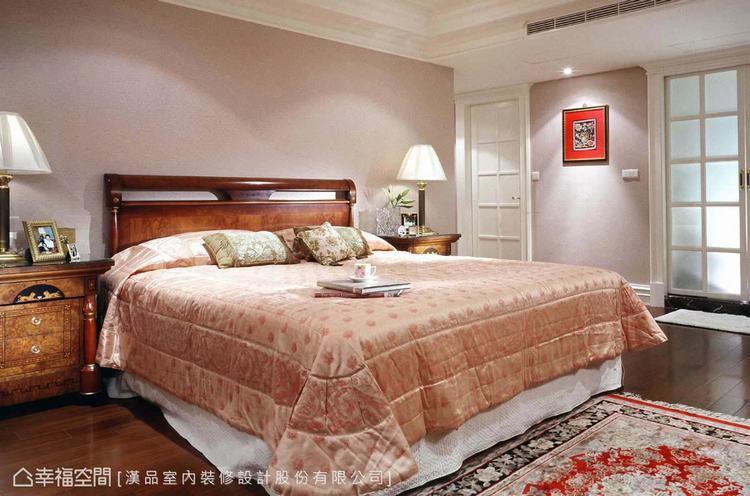 ▲長輩房:床頭板鋪貼杏桃色的壁紙,為空間注入生活暖度,並運用格子窗造型,淡化更衣...