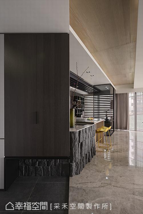 ▲入口意象:走進采禾空間製作所打造的居家殿堂,其線面處理與材質的精心鋪陳,在入口...