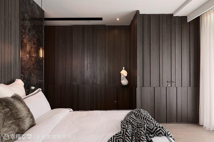 ▲立面肌理:沉穩靜謐的木皮牆面,隱藏主臥衛浴與更衣室的入口門片,其立體線條的處理...