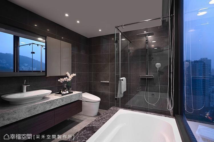 ▲主臥衛浴:即使在衛浴空間,也能遍覽山巒綠意的景緻,優閒地在此泡澡或盥洗,徹底洗...