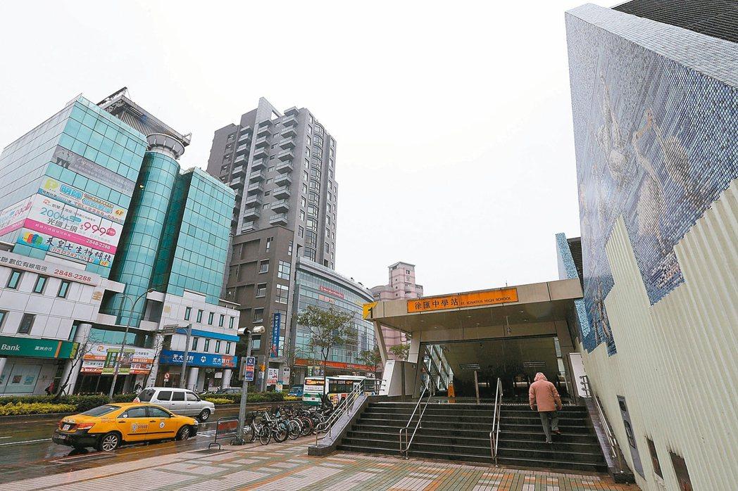 捷運蘆洲線徐匯中學站開通後,吸引不少雙北居民進駐。 記者邱德祥/攝影