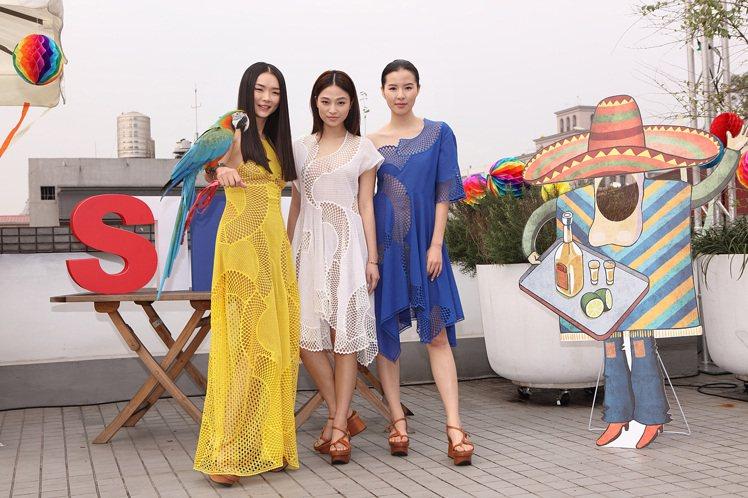 金禧(左)身穿豔黃網眼透視長洋裝172,580元,與模特兒展現性感巴西風;(中)...